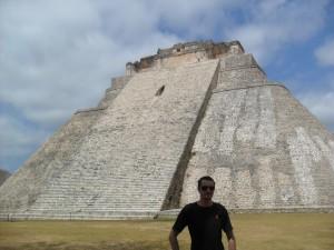 La pyramide d'Uxmal, avec un humain devant