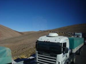 Lonnnnnnngue file de camions suite à un travers de l'un des leurs un peu plus bas