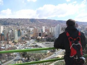Admirant les maisons grimpant sur la colline
