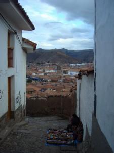 Une rue de Cusco avec son vendeur. Une vue classique ici
