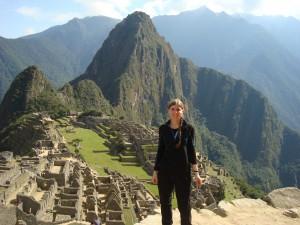 Pivotez votre tête sur la droite, puis admirez les montagnes de derrière ayant la forme d'un visage Inca. Pas mal hein ? Le nez correspond au Wayna Pichu