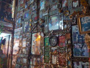 On croirait à un mausolée mais non, c'est un endroit décoré et représentant la vie de l'actuel roi Marocain